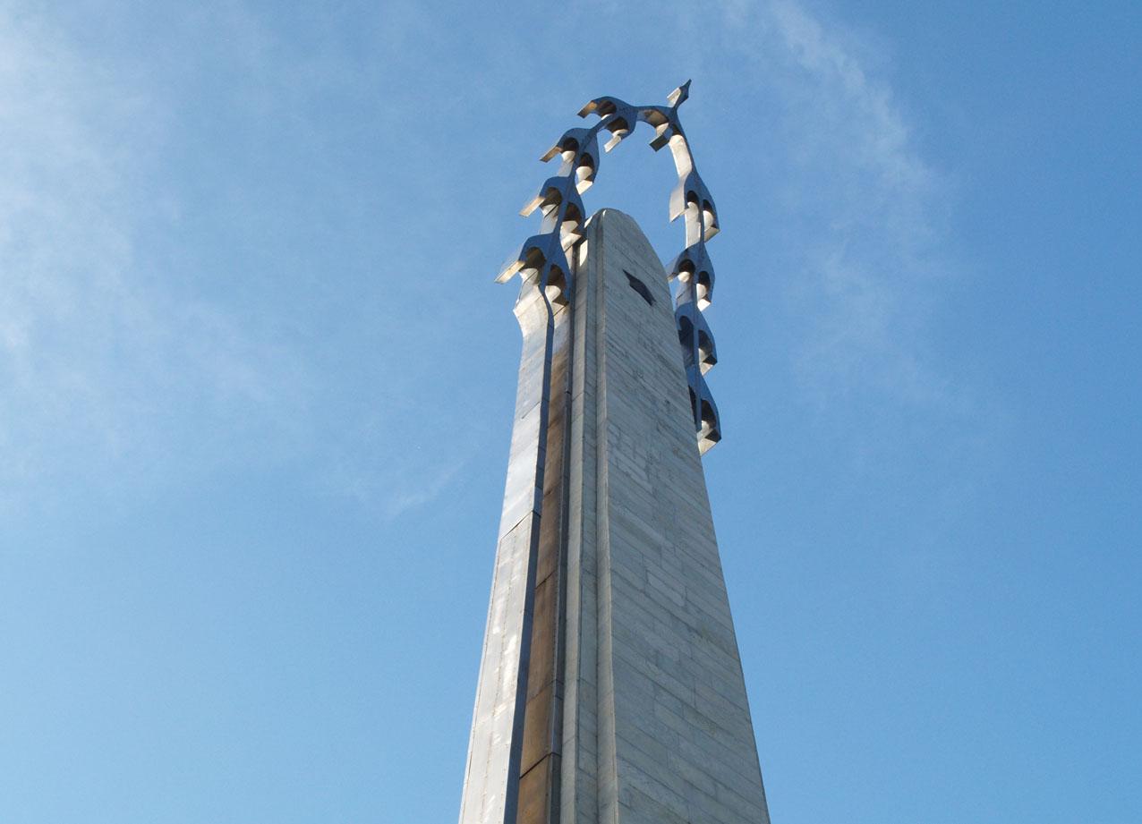 Памятник белому журавлю фото